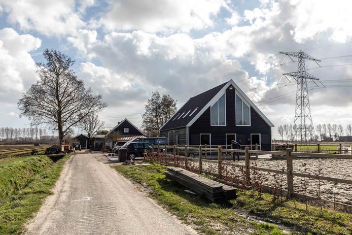De zorgboerderij met op de voorgrond de nieuwe schuur.