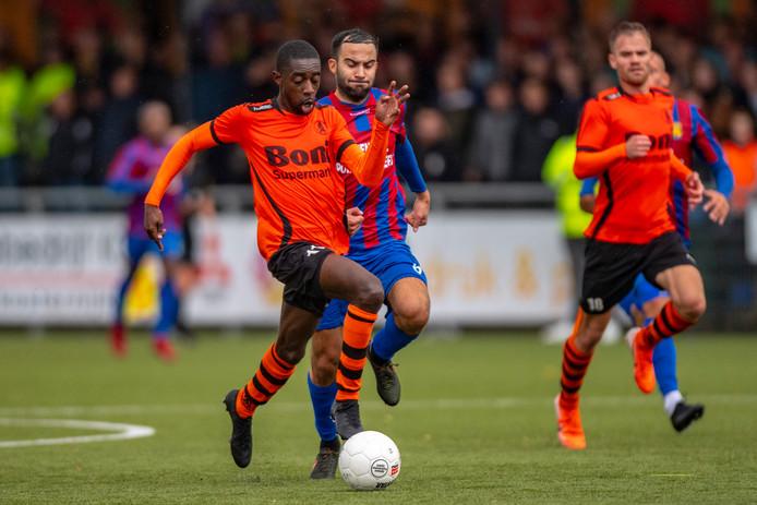 Sparta won eerder dit seizoen in Nijkerk met 1-0 van DVS'33.  Soufian Moro achtervolgt Gilbrano Plet.