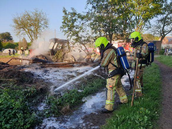 De tractor ging volledig in vlammen op.