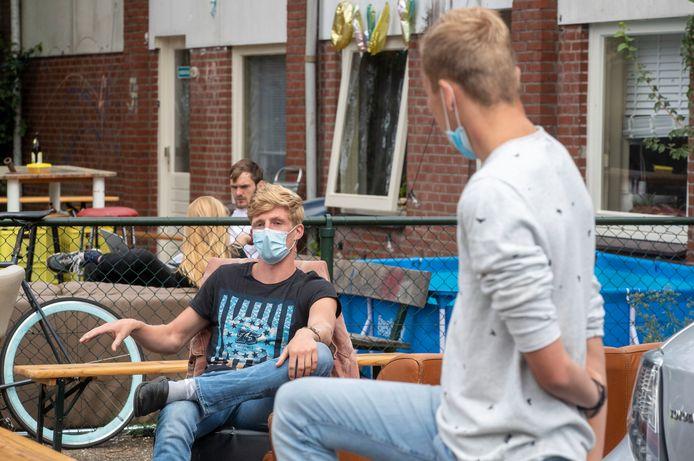 Doordat Arjan (links) besmet is met corona, zit het hele studentenhuis in quarantaine.