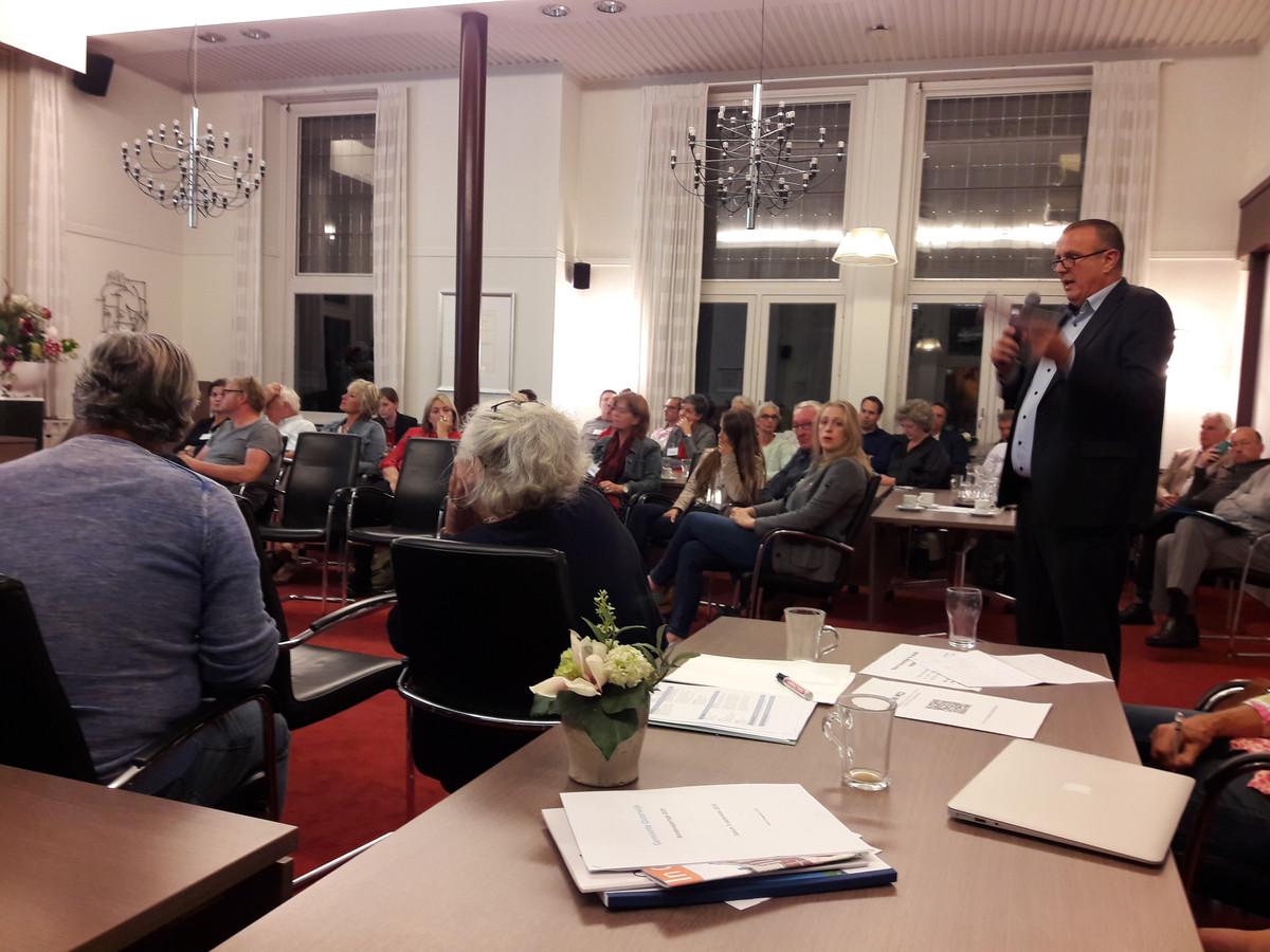 Wethouder Dion Dankers praat raadsleden van Oisterwijk bij over de financiële problemen