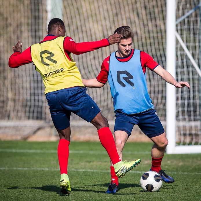 Jordens Peters (r) staat nu tot 2020 onder contract bij Willem II.