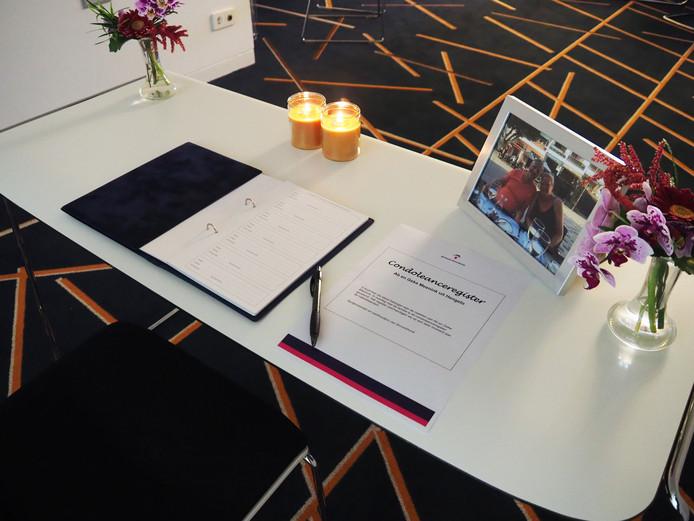 De tafel met het condoleanceregister voor Ab en Geke Meenink in het gemeentehuis in Hengelo.