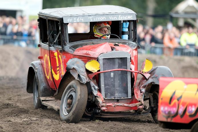 Timon van Lenthe loodste zijn Citroën AC 4 uit 1928, de oudste auto uit het deelnemersveld, niet geheel schadevrij door de rodeo.