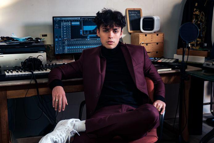Nathan in zijn geïmproviseerde studio.