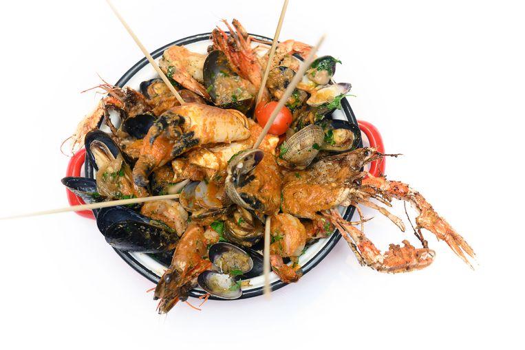 Gerecht: Family Bucket, langoustines, black tiger prawns, Dutch crab claws, shrimps & shells. Beeld Els Zweerink