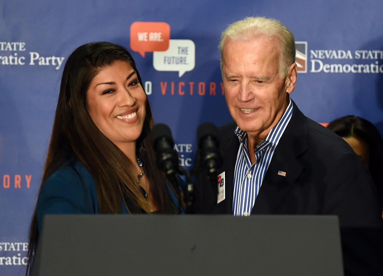 Lucy Flores (links) en Joe Biden (rechts) in 2014.