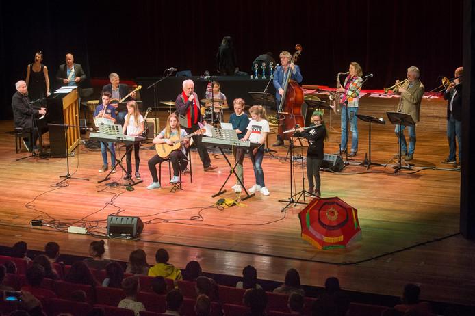 De professionele jazzband speelt samen met de kinderen het nummer Oh when the saints.