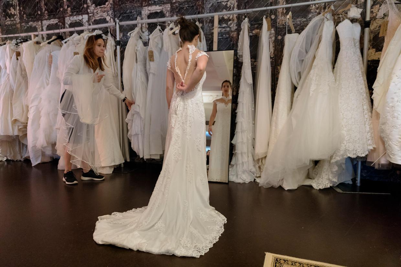 Tess Vleugels past een tweedehands trouwjurk. 'Er moet bijna altijd wel iets aan een jurk vermaakt worden, ook als je een nieuwe koopt.'