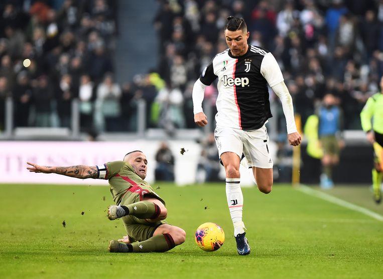 Nainggolan probeert Cristiano Ronaldo het leer afhandig te maken.