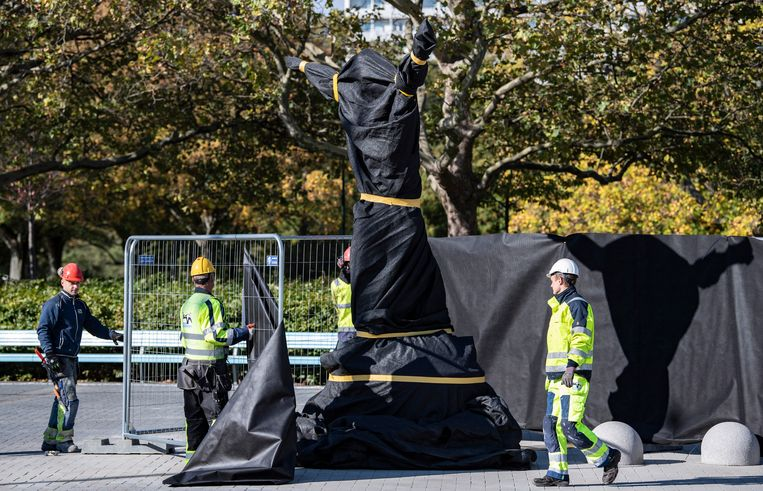 Het standbeeld van Zlatan Ibrahimovic in Malmö staat klaar om later vandaag te worden onthuld.