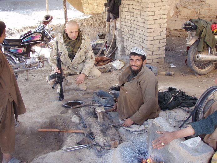 Nikko Norte trok er in Afghanistan vaak in zijn eentje op uit om in gesprek te gaan met de lokale bevolking, zoals hier met een smid.