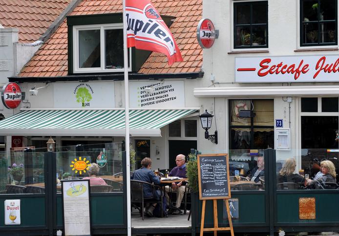 Cafetaria-eethuis De Linde in Colijnsplaat (links op de foto) heropent zaterdag 13 oktober. Het eetcafé werd op 21 juli getroffen door een brand.