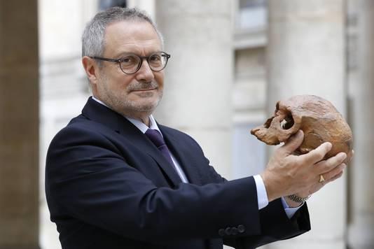 De Franse paleo-antropoloog Jean-Jacques Hublin poseert met een kopie van een menselijke schedel die in Marokko werd gevonden.