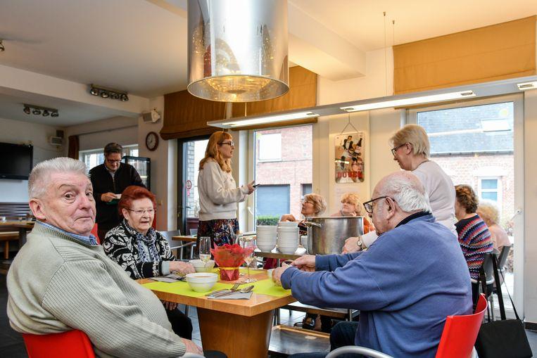 Tijdens de maaltijd gaf Sarah Verheyden van de Cultuurdienst uitleg over de UiTpas.