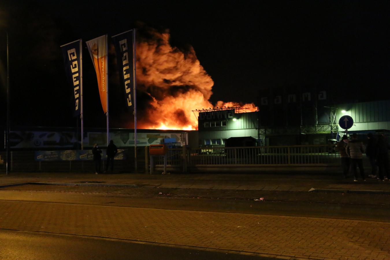02dedd65495 In een bedrijfspand aan de Sint Anthonisweg in Boxmeer woedt een grote brand .