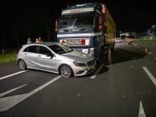 Verkeersruzie: vrachtwagen duwt personenauto tientallen meters voor zich uit
