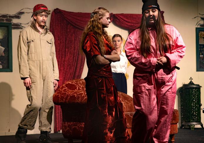 Jeugdtheater Neerkant heeft voor de voorstelling 'De Vloek van Valkenstein' hulp gekregen van het hele dorp, onder meer met de decorstukken.