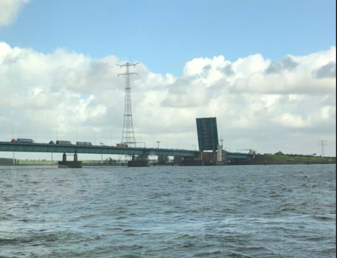 De openstaande brug op de A29