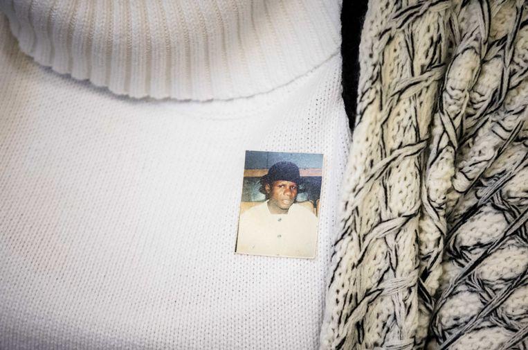 Esther Kiobel draagt in de rechtbank een foto van haar geëxecuteerde echtgenoot Barinem op haar borst. Beeld ANP