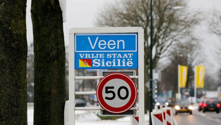 Een plaatsnaambord in Veen, met een verwijzing naar de Siciliaanse maffia. Beeld null