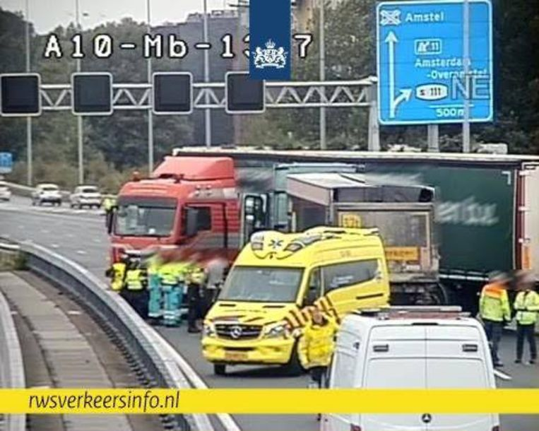 De geschaarde vrachtwagen op de A10. Beeld Rijkswaterstaat Verkeersinformatie