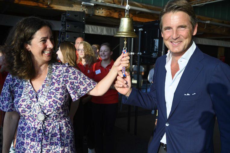 Burgemeester Femke Halsema en beschemheer prins Maurits luiden de bel als aftrap naar de tiende jubileumeditie van Sail Amsterdam in 2020. Beeld ANP