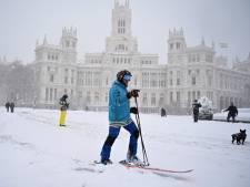Surrealistische beelden in besneeuwd Madrid: 'Mensen skiën door de straat'