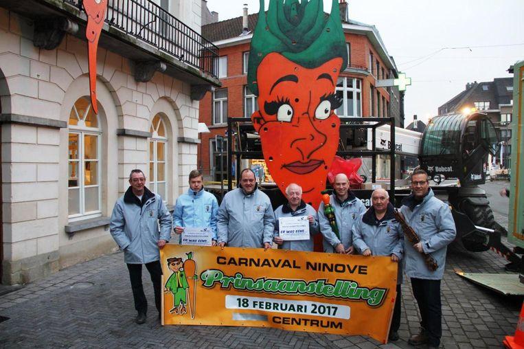 De carnavalsdecoratie werd aangebracht aan het oud stadhuis, in aanwezigheid van de Karnavalraad.
