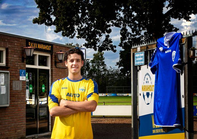 Chiel van Wanrooij op het sportpark van Mariahout, met rechts een shirtje uit zijn FC Den Bosch-verleden.