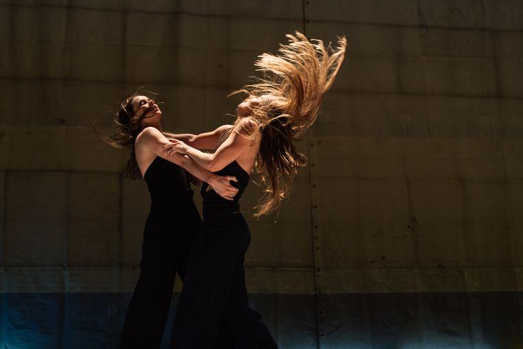 Danseressen Marijn van der Sande (l) en Patricia van Deutekom in NachtHexen 4: Battre van Jens van Daele/Burning Bridges Beeld Sjoerd Derine