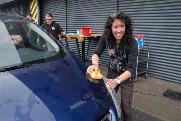 Yvette Boltze, oprichter van stichting Kumbatio, helpt ook een handje mee.