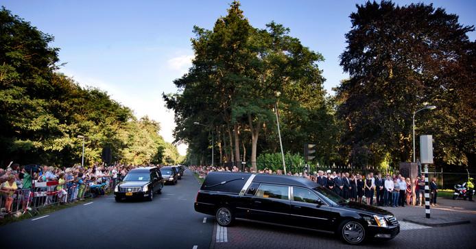 De colonne lijkwagens komt onder applaus aan bij de Korporaal van Oudheusdenkazerne.