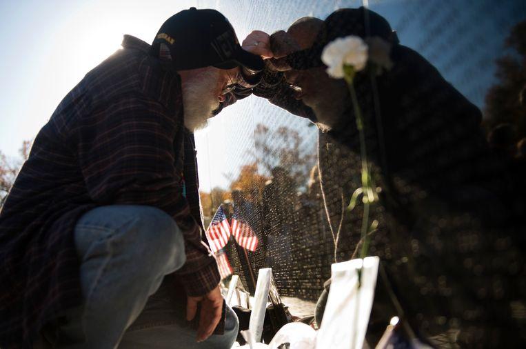 Een Vietnamveteraan eert zijn omgekomen vriend bij het Vietnammonument in Washington. Beeld Getty Images