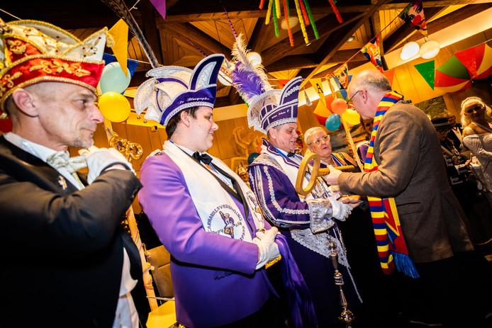 Ook prins Johan 1 van de Velpse Blaospiepkes ontving van burgemeester Carol van Eert een sleutel van de gemeente Rheden.