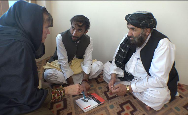 Bette Dam  Bette Dam en haar tolk in gesprek met een tribale leider (rechts) uit het gebied waar Talibanleider mullah Omar zich de laatste twaalf jaar van zijn leven schuilhield.  Beeld Joost Conijn
