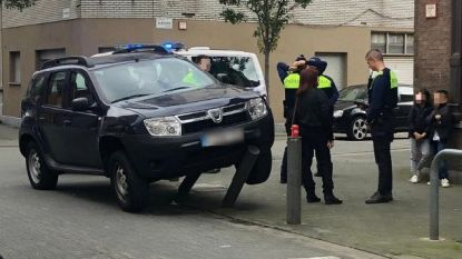 Bestuurster (74) moet uitwijken voor ambulance en crasht tegen paaltjes