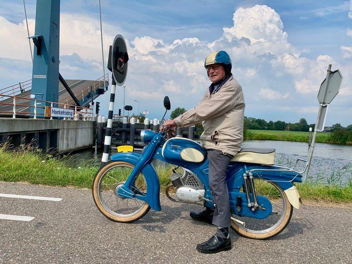 Koos de Jong (76) uit Leerbroek wacht bij de brug over het Merwedekanaal bij Meerkerk. Hij is onderweg naar een vriend in Ameide.