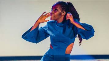 Grace zet een straffe show neer met 'Tous Les Mêmes'