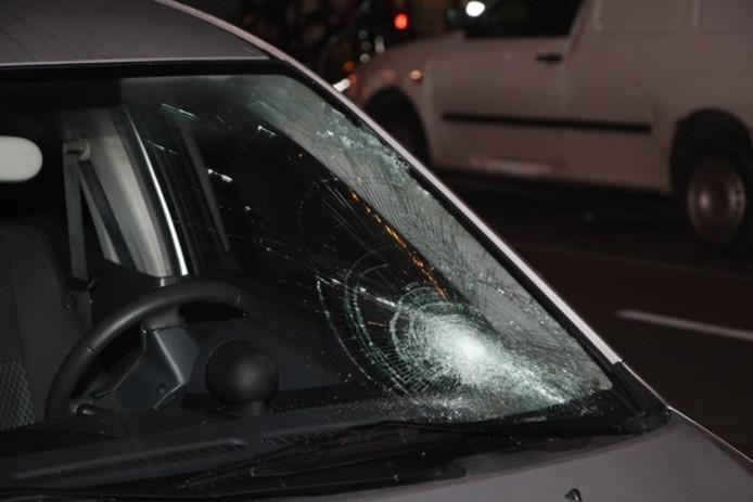 Schade aan de ruit van de auto.