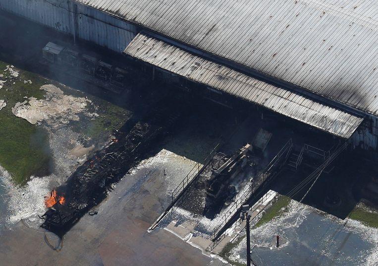 Vuur bij de overstroomde chemische fabriek van Arkema SA in Crosby, Texas. Vlammen sloegen 12 meter hoog uit. Beeld REUTERS