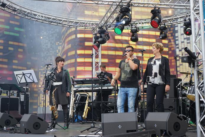 Tijdens de omkleedsessies van de dansers werd het publiek vermaakt door live-band Dr. Rossi.