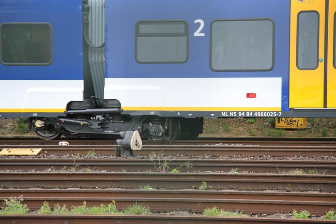 De wielen staan naast het spoor.