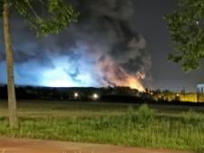 Brand verwoest pand afvalverwerker in Hengelo, nablussen gaat nog uren duren