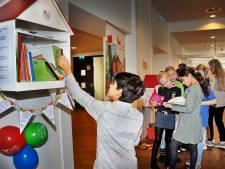 Dordts Kinderzwerfboekstation geopend: 'Laat je boek lekker slingeren'