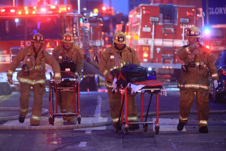 Brandweermannen snellen hun gewonde collega's in Los Angeles te hulp met stretchers. (16/05/2020)