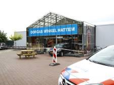 Auto rijdt achteruit winkelpui in Hattem in; vrouw raakt zwaargewond