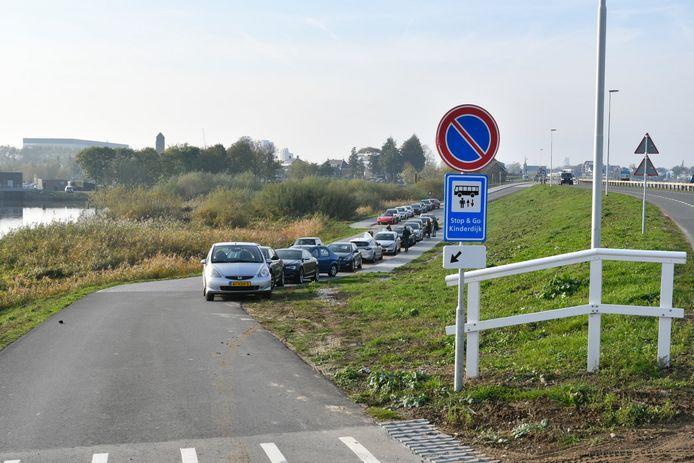 Toeristen gebruiken ook de in- en uitstapzone voor bustoeristen gretig om illegaal te parkeren.