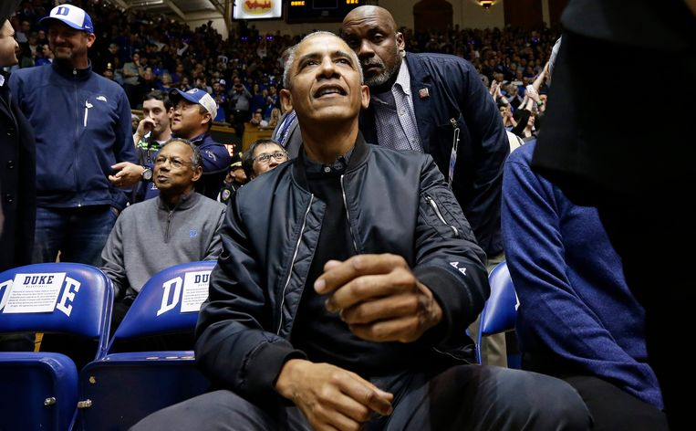 President Barack Obama tijdens de basketbalwedstrijd tussen Duke en North Carolina. (AP Photo/Gerry Broome)