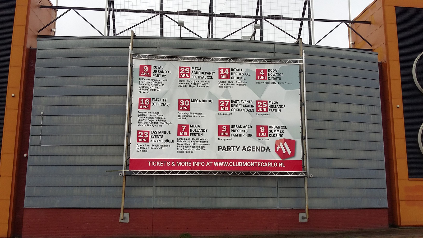 De partykalender van april aan de gevel van Club Monte Carlo.